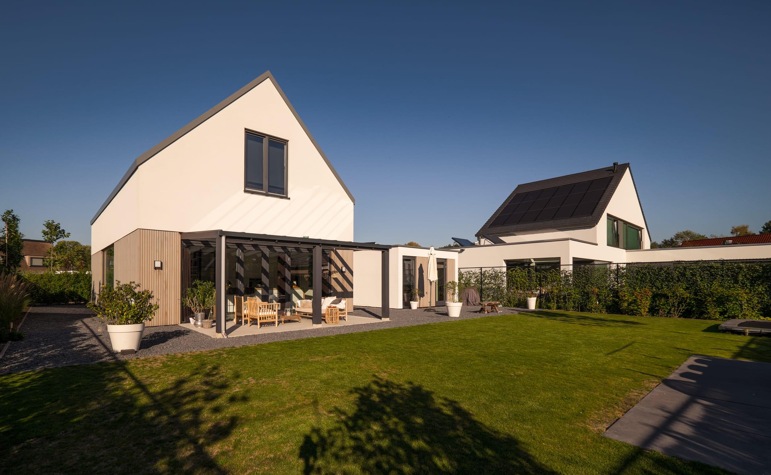 van-os-architecten-nieuwbouw-woning-Hoge-Gouw-Teteringen-achtergevel-met-brede-tuin-en-veranda