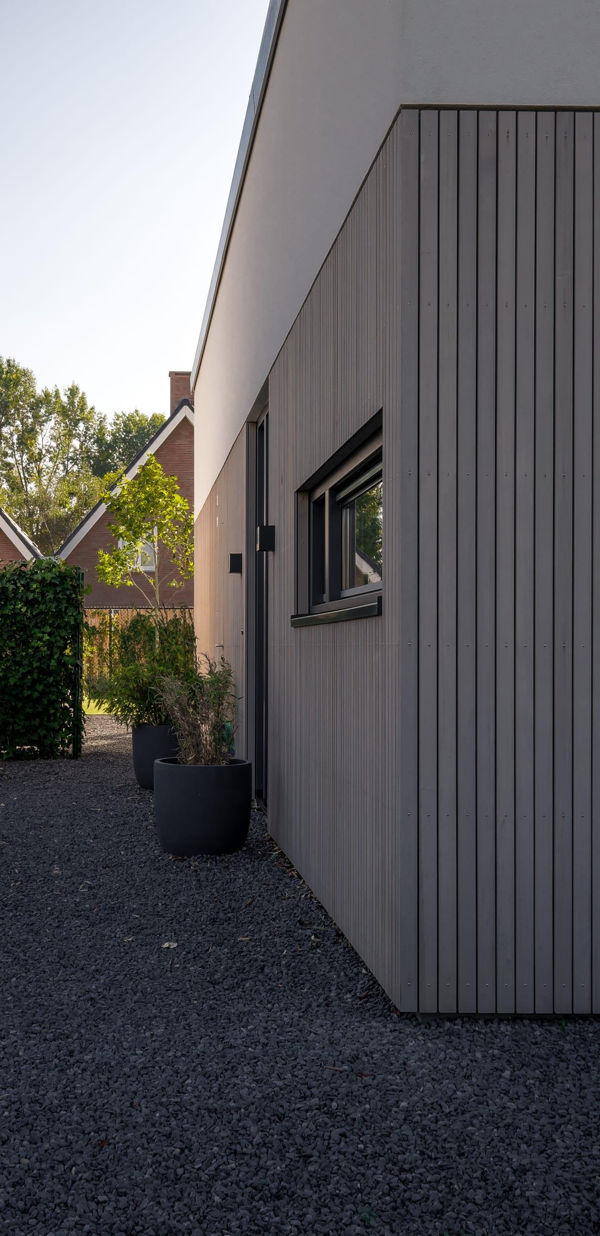 van-os-architecten-nieuwbouw-woning-Hoge-Gouw-Teteringen-detail-aansluiting-gevelstucwerk-op-houten-western-red-cedar-gevelbekleding