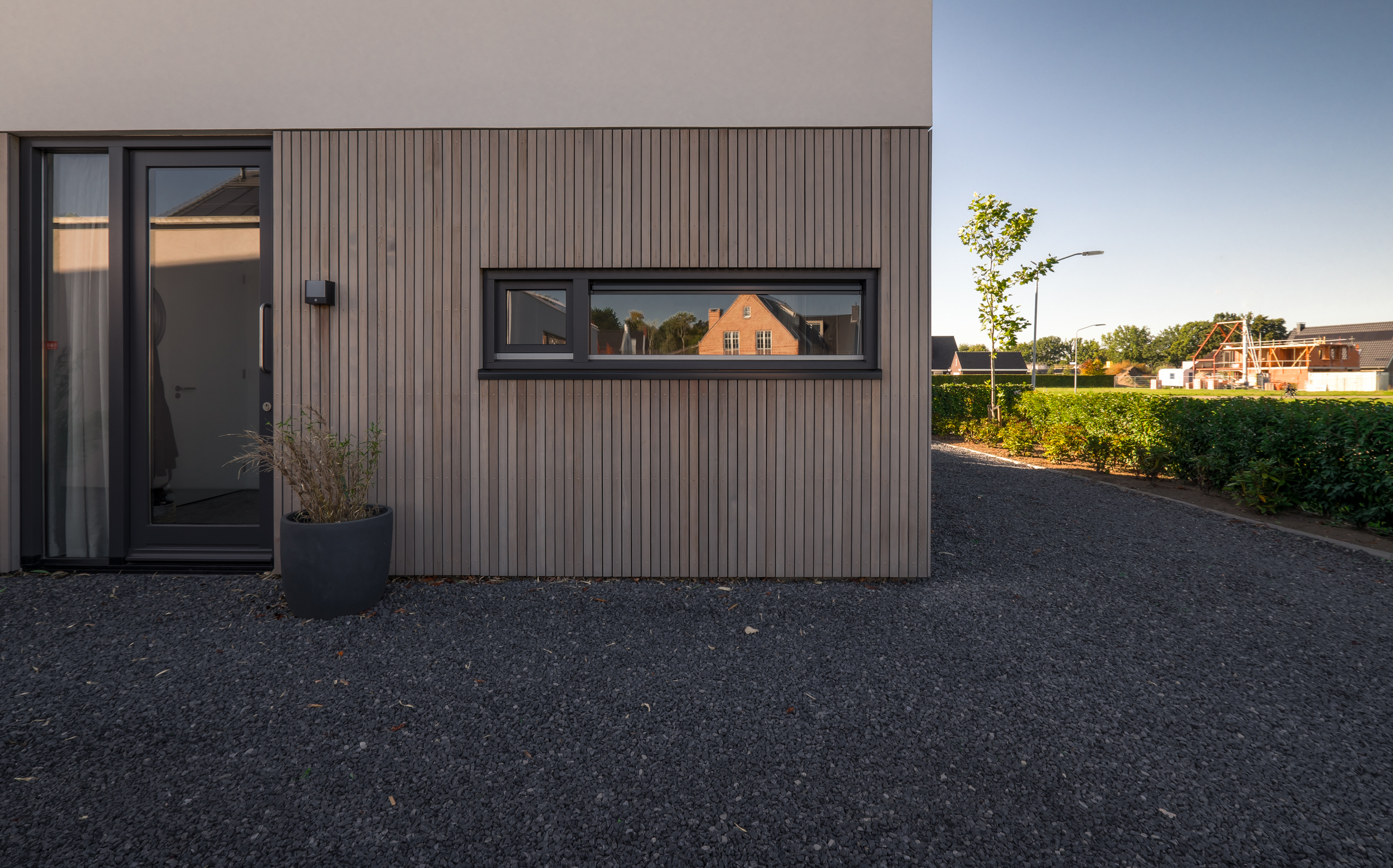 van-os-architecten-nieuwbouw-woning-Hoge-Gouw-Teteringen-detail-kozijn-in-houten-gevelbekleding