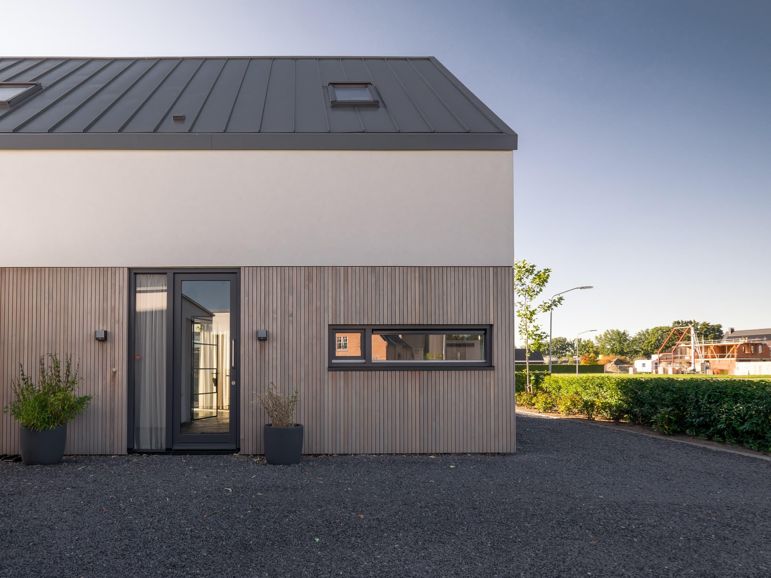 Nieuwbouw woning Hoge Gouw Teteringen in houten gevelbekleding en stucwerk