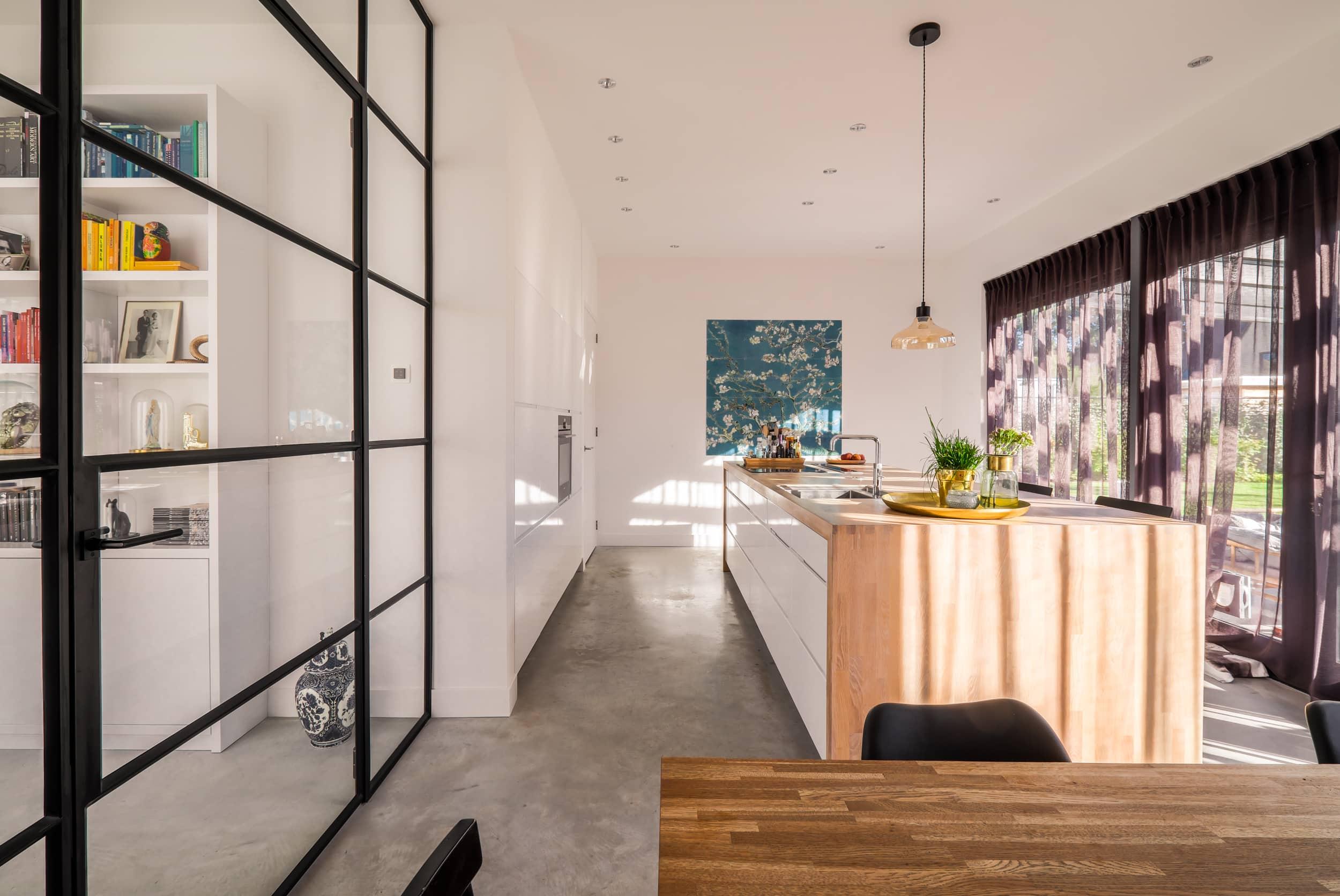 van-os-architecten-nieuwbouw-woning-Hoge-Gouw-Teteringen-kvik-kookeiland-en-zwarte-stalen-pui