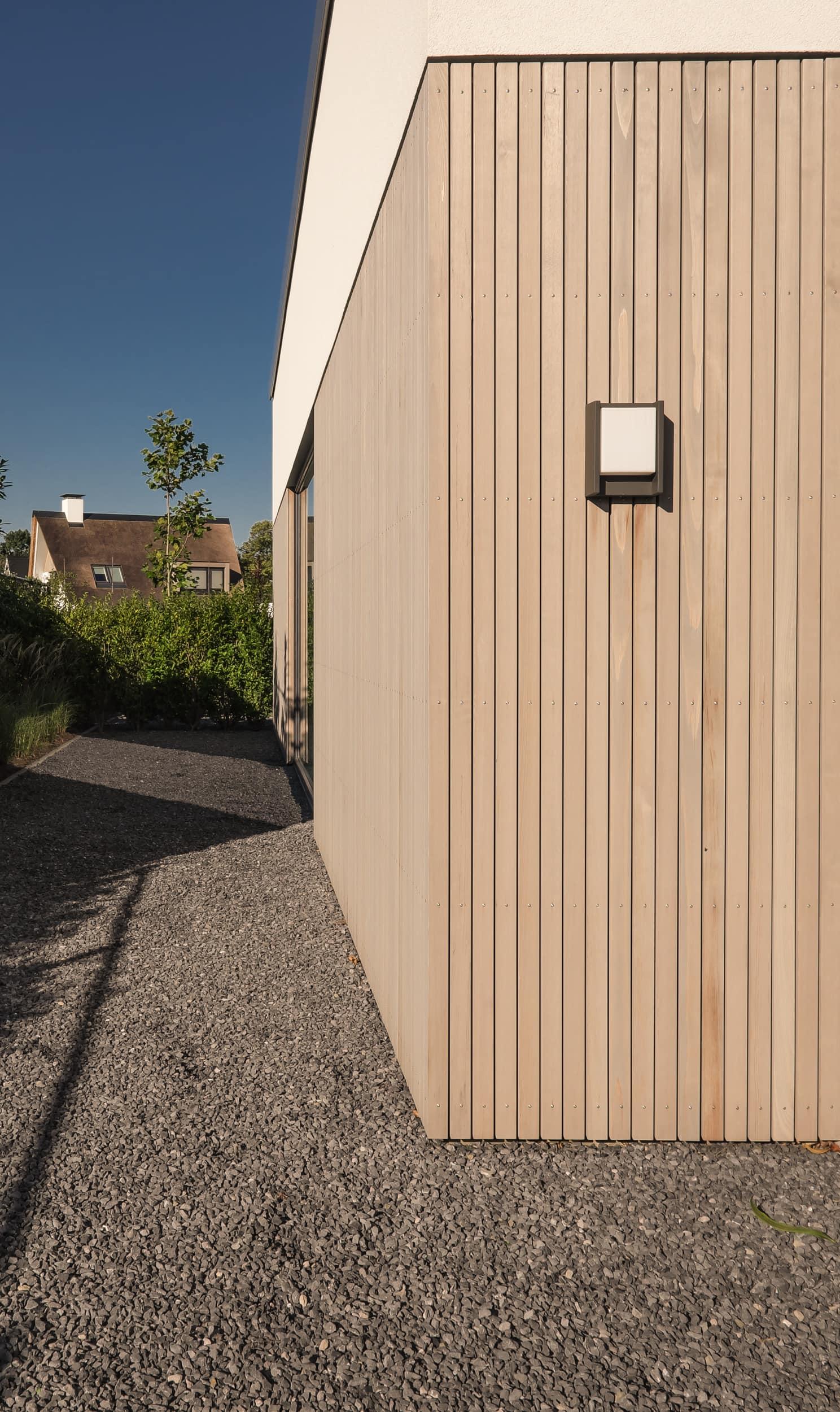 van-os-architecten-nieuwbouw-woning-Hoge-Gouw-Teteringen-maaiveldaansluiting-houten-gevelbekleding-en-grind