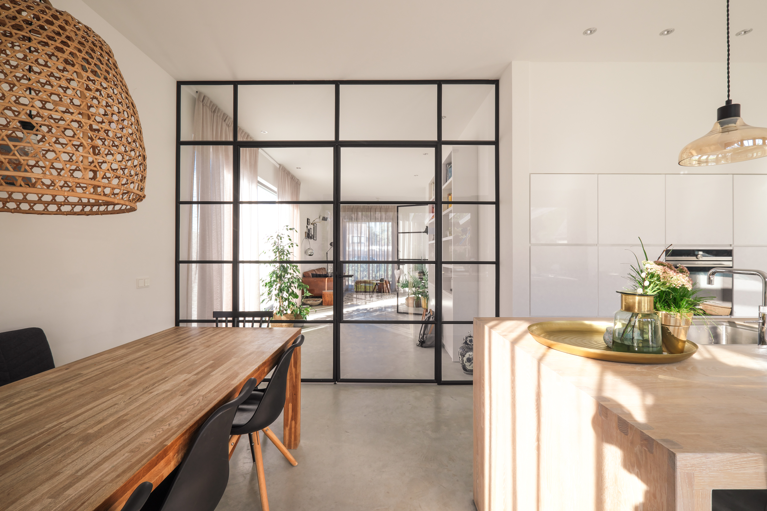 van-os-architecten-nieuwbouw-woning-Hoge-Gouw-Teteringen-stalen-pui-tussen-zitkamer-en-woonkeuken