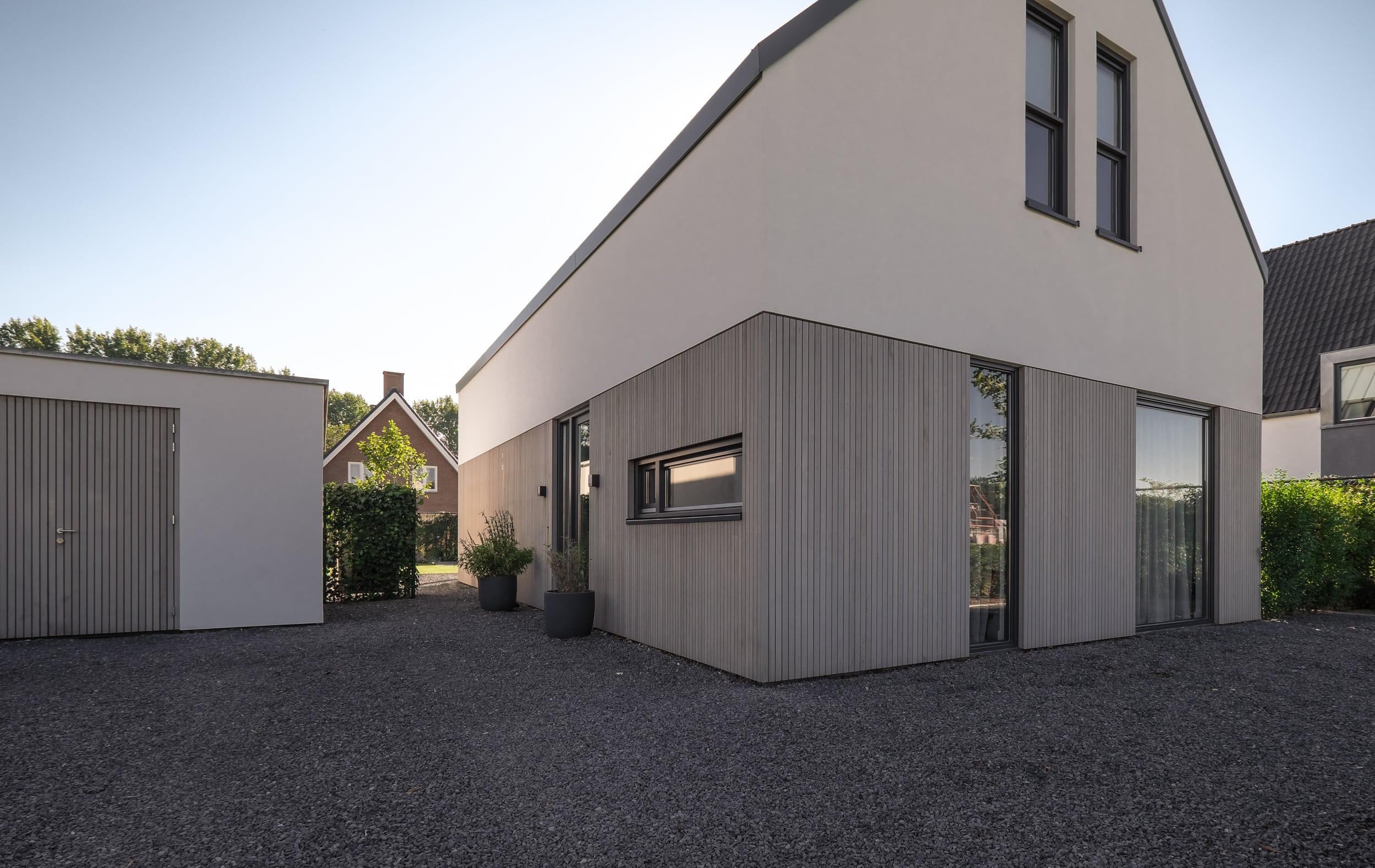 van-os-architecten-nieuwbouw-woning-Hoge-Gouw-Teteringen-voorgevel-in-stucwerk-en-houten-gevelbekleding