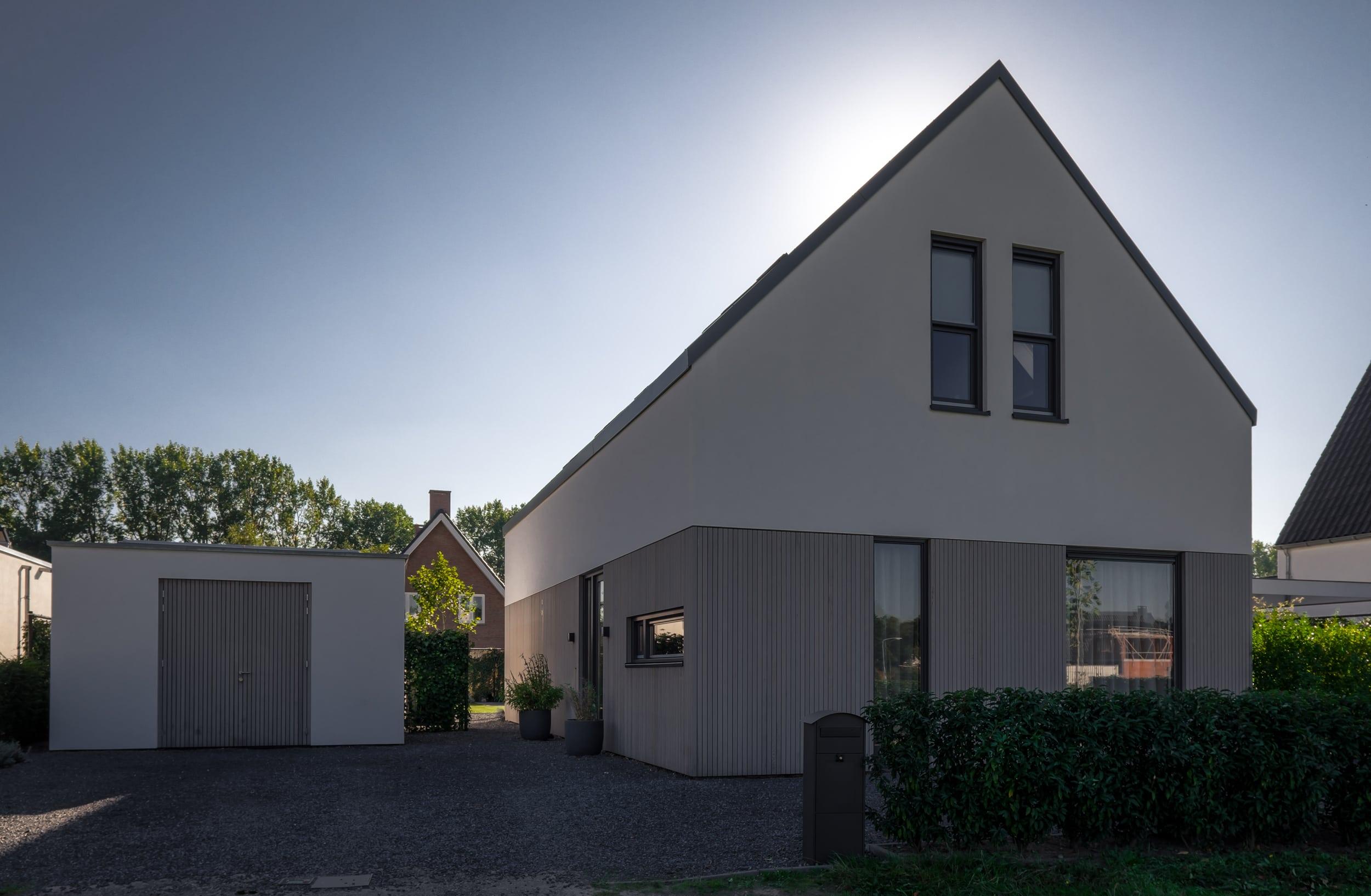 van-os-architecten-nieuwbouw-woning-Hoge-Gouw-Teteringen-voorgevel-woning-in-stucwerk-en-houten-gevelbekleding