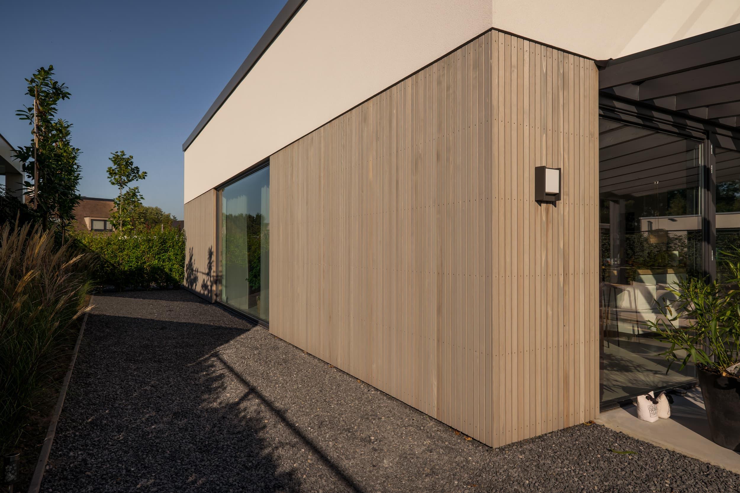 van-os-architecten-nieuwbouw-woning-Hoge-Gouw-Teteringen-westgevel-met-grote-glazen-pui