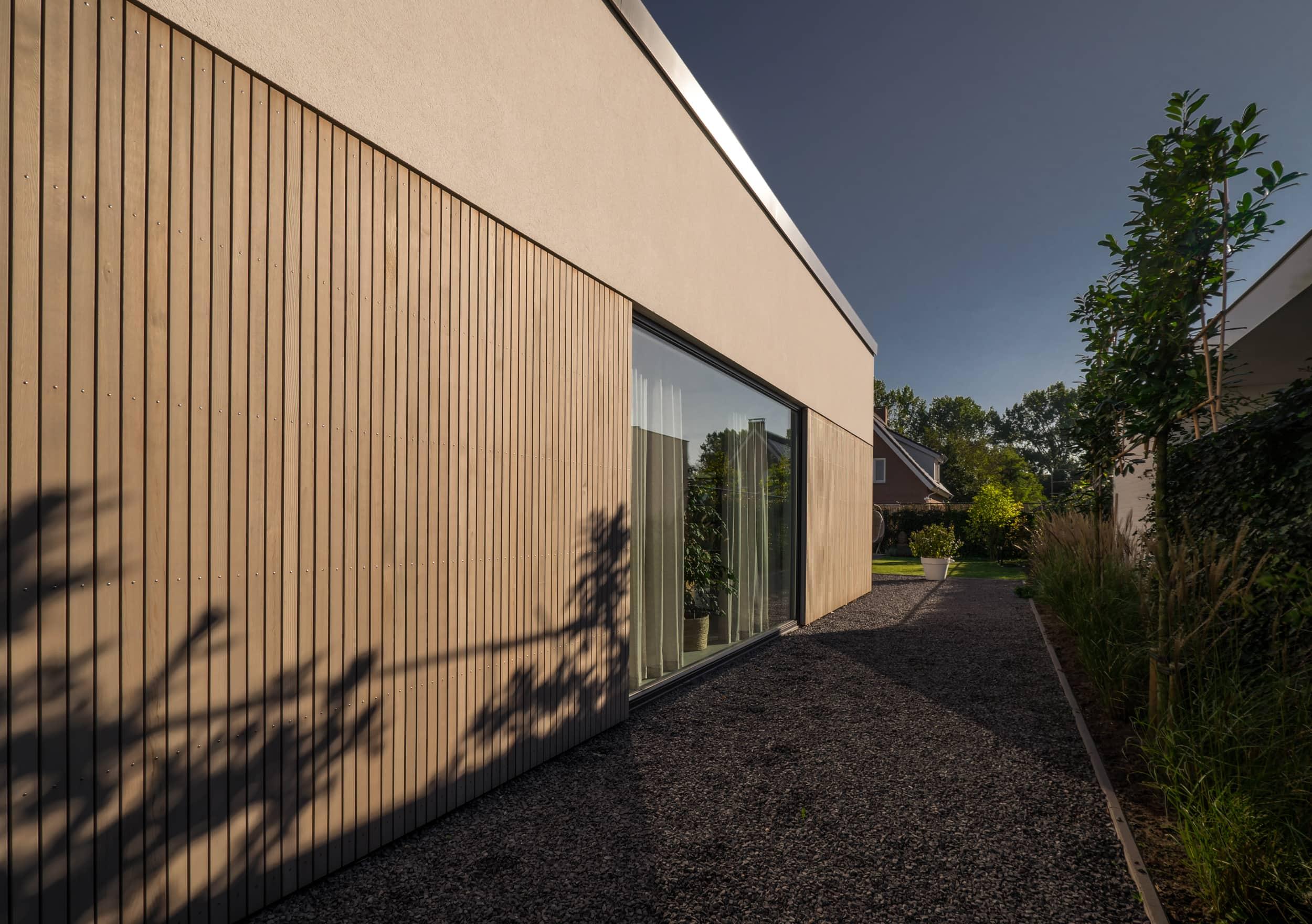 van-os-architecten-nieuwbouw-woning-Hoge-Gouw-Teteringen-westgevel-met-strakke-verticale-houten-gevelbekleding