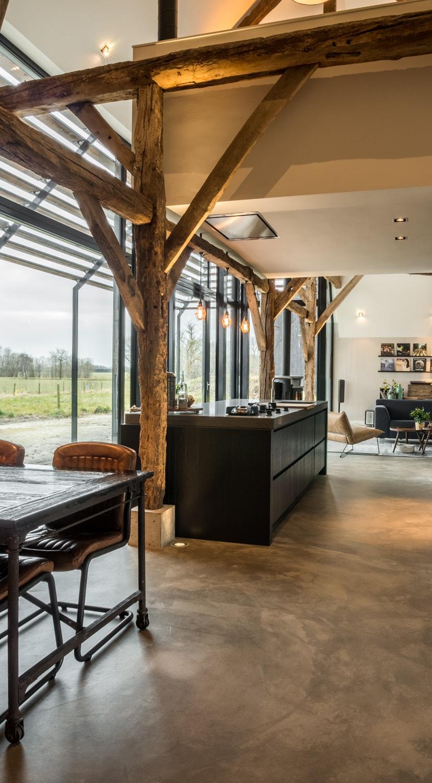Renovatie woonboerderij Sprundel. De ontmoeting van het witte volume en de houten spanten.