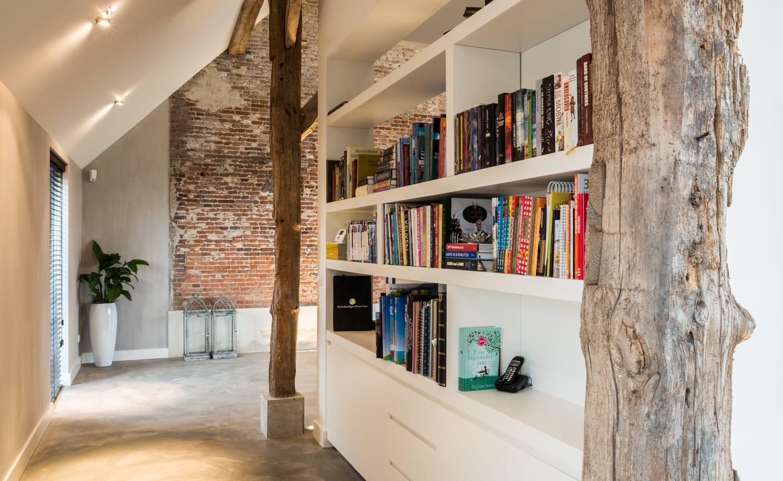 van-Os-Architecten-verbouwing-renovatie-woonboerderij-Sprundel-boekenkast-achter-kastenwand-keuken