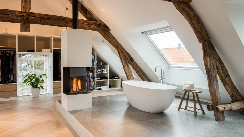 Renovatie woonboerderij Sprundel. Heerlijk baden in een Corian bad met een vrijstaande gashaard ernaast.