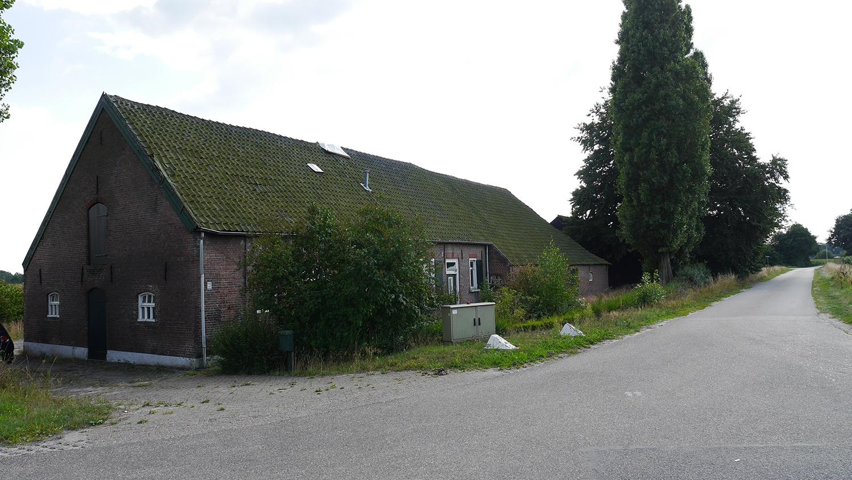 Renovatie woonboerderij Sprundel. De langsgevelboerderij aan de straat met aan achterzijde de mooie omgeving met landerijen.