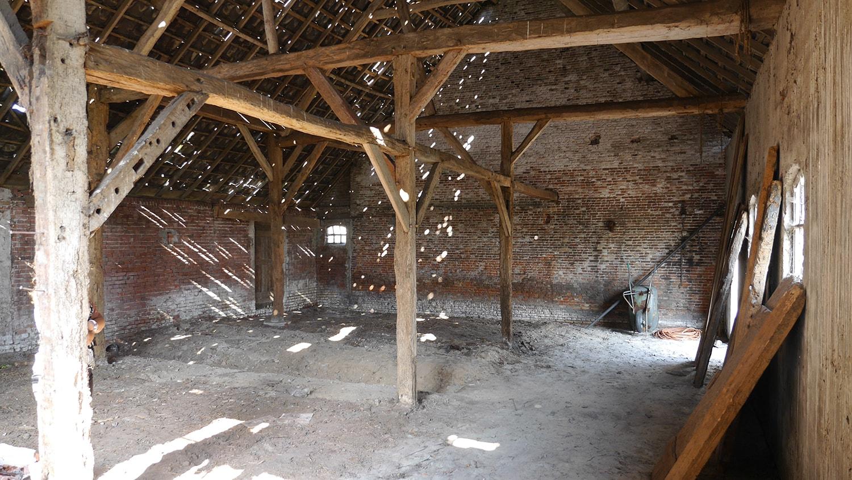 Renovatie woonboerderij Sprundel. De originele houten spanten bij aanvang van de bouw. Wat een uitdaging. Erg sfeervol.