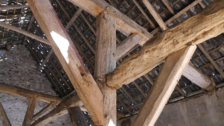 Renovatie woonboerderij Sprundel. Detail van de oude houten spantenconstructie.