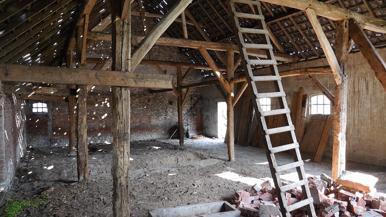 Renovatie woonboerderij Sprundel. De bestaande situatie bij aanvang bouw. Er is nu geen uitzicht op de omgeving. Dit was het belangrijkste punt dat mij deed besluiten de gevel open te breken en de hoge houten puien te plaatsen.