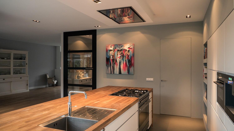 Verbouwing woonhuis met grote woonkeuken. Het houten keukenblad geeft sfeer en uitstralingen de keuken. Goede verlichting speelt hier een belangrijke tol bij.