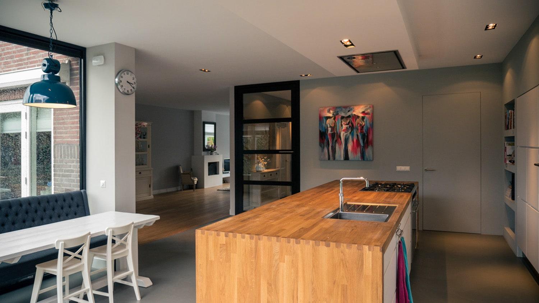 Verbouwing woonhuis met grote woonkeuken. Doorkijk vanuit woonkeuken richting woonkamer. Het plafond is bewust doorgetrokken om de ruimtes bij elkaar te laten horen.