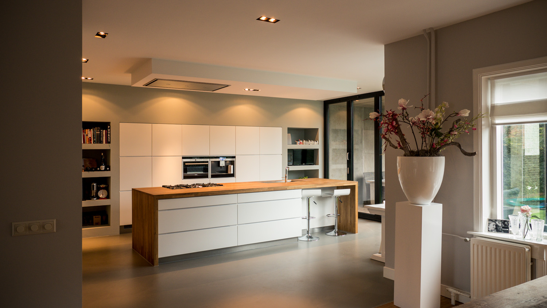Aanbouw en renovatie van 2-onder-1-kapper met ruime woonkeuken met kookeiland, gietvloer en luxe aluminium vouwschuifpui