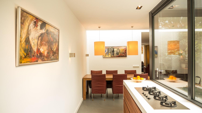 Aanbouw met moderne keuken. De lichtstraat geeft een mooie diffuse lichtspreiding op de achterwand bij de eettafel.