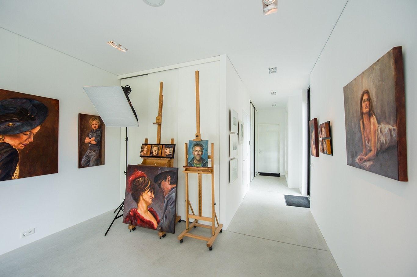 Atelier voor portretschilder in Breda. Het atelier heeft aan voorzijde een grote plafondhole opbergruimte voor alle schilderijen met daarachter een wc en berging. In de toekomst is dit onderdeel al voorbereid op plaatsing van een badkamer met slaapkamer in atelier.