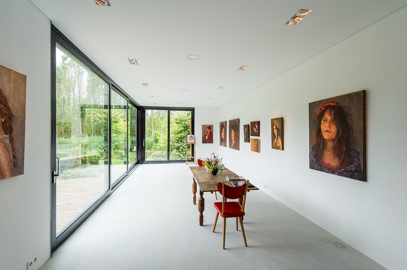 Atelier voor portretschilder in Breda. De lichtgrijze betonvloer is nu nog lekker schoon, maar na verloop van tijd zal deze langzaam en lichtjes het kleurenpallet van Mieke overnemen.