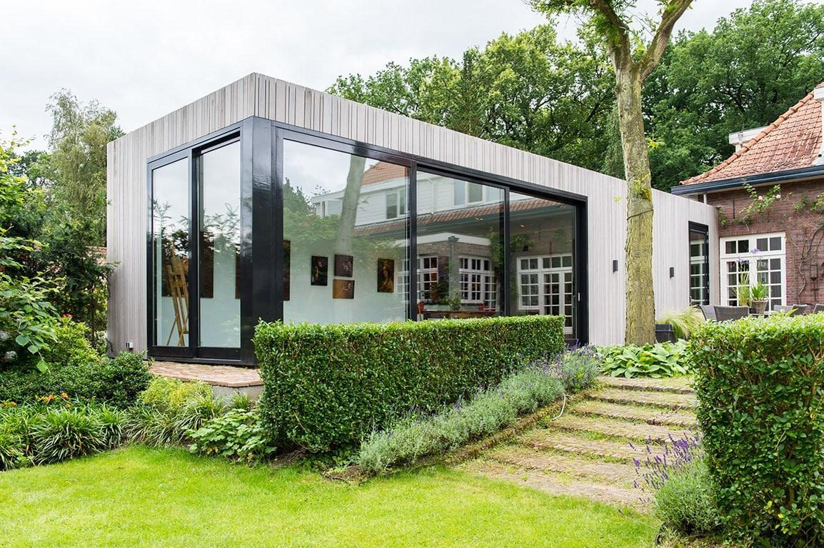 Atelier voor portretschilder in Breda. Zicht vanuit de diepe en brede tuin op het hoger liggende atelier.