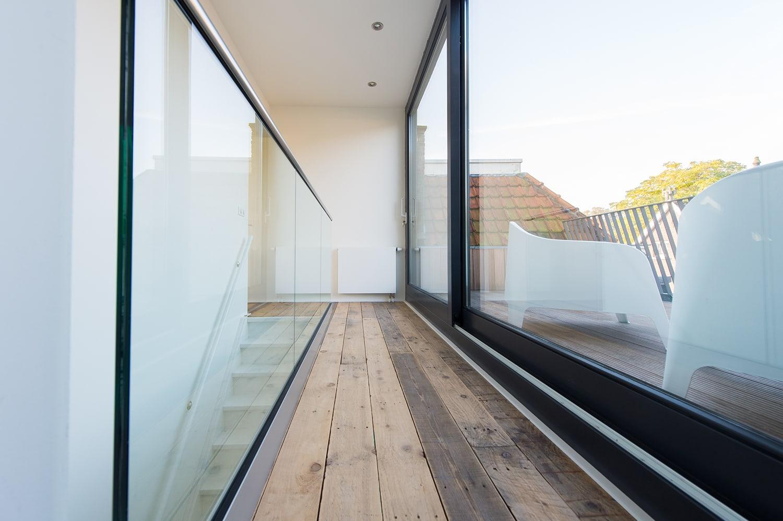 Dakopbouw woning in westen red cedar. Detail glazen balustrade.