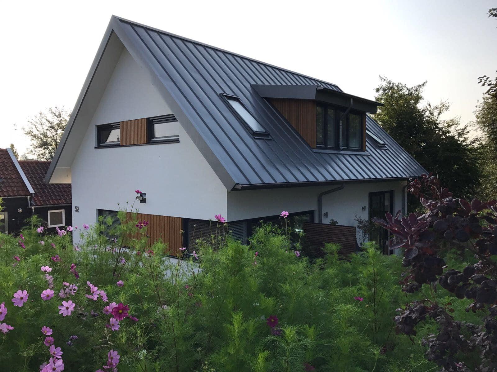 Nieuwbouw woonhuis Rottekade Zevenhuizen. De dakkapel is ook bekleed met hout en heeft een stalen felsdak en contrasteert mooi in het dakvlak. Deze view zie je al fietsend over de dijk.