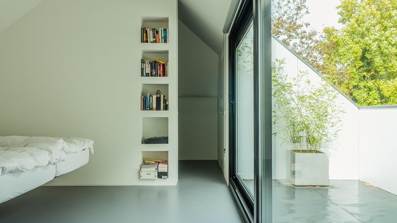 Verbouwing zolder tot luxe slaapkamer met open badkamer, studie en loggia met zicht op het bos