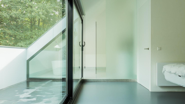 Verbouwing en renovatie zolder met loggia. De douche staat achter een semi-transparante glaswand. Wel lichtinval maar geen inkijk zorgt voor privacy waar je deze nodig hebt.