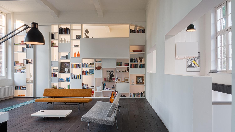 Interieur woning in school met XXL kast met taatsdeur, studie en nieuwe keuken