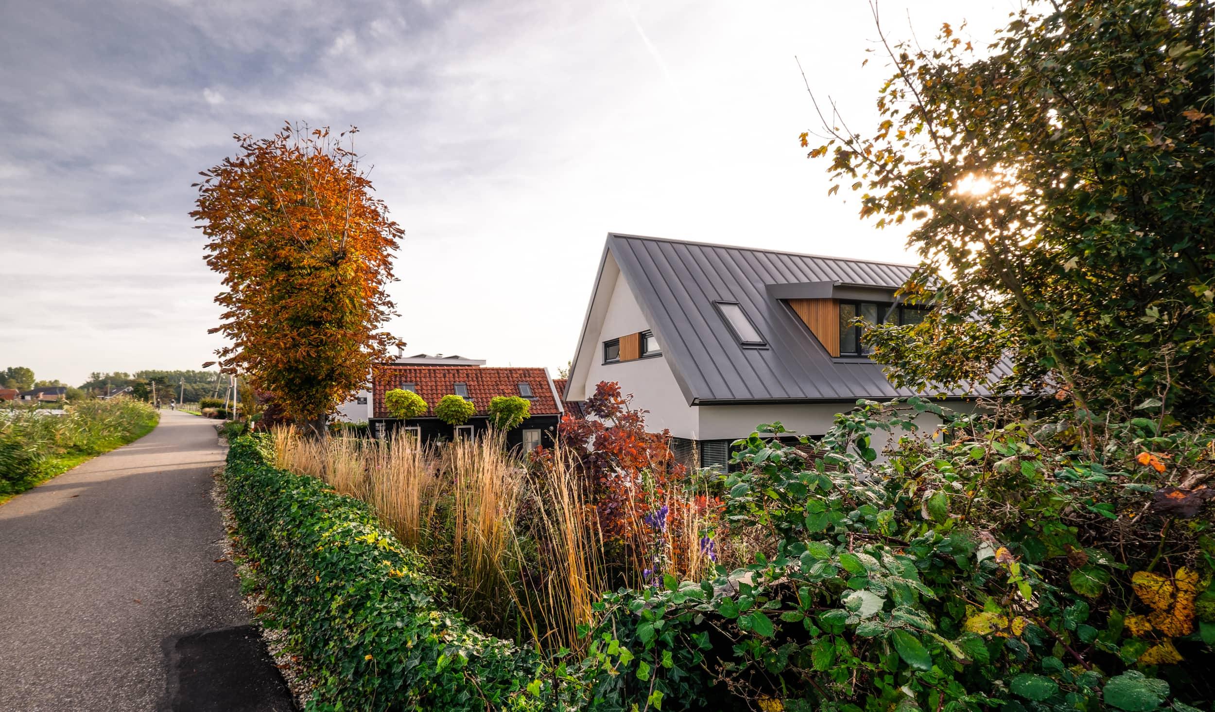 van-os-architecten-nieuwbouw-dijkwoning-rottekade-zevenhuizen-dijkwoning-achter-dijk-tussen-groen