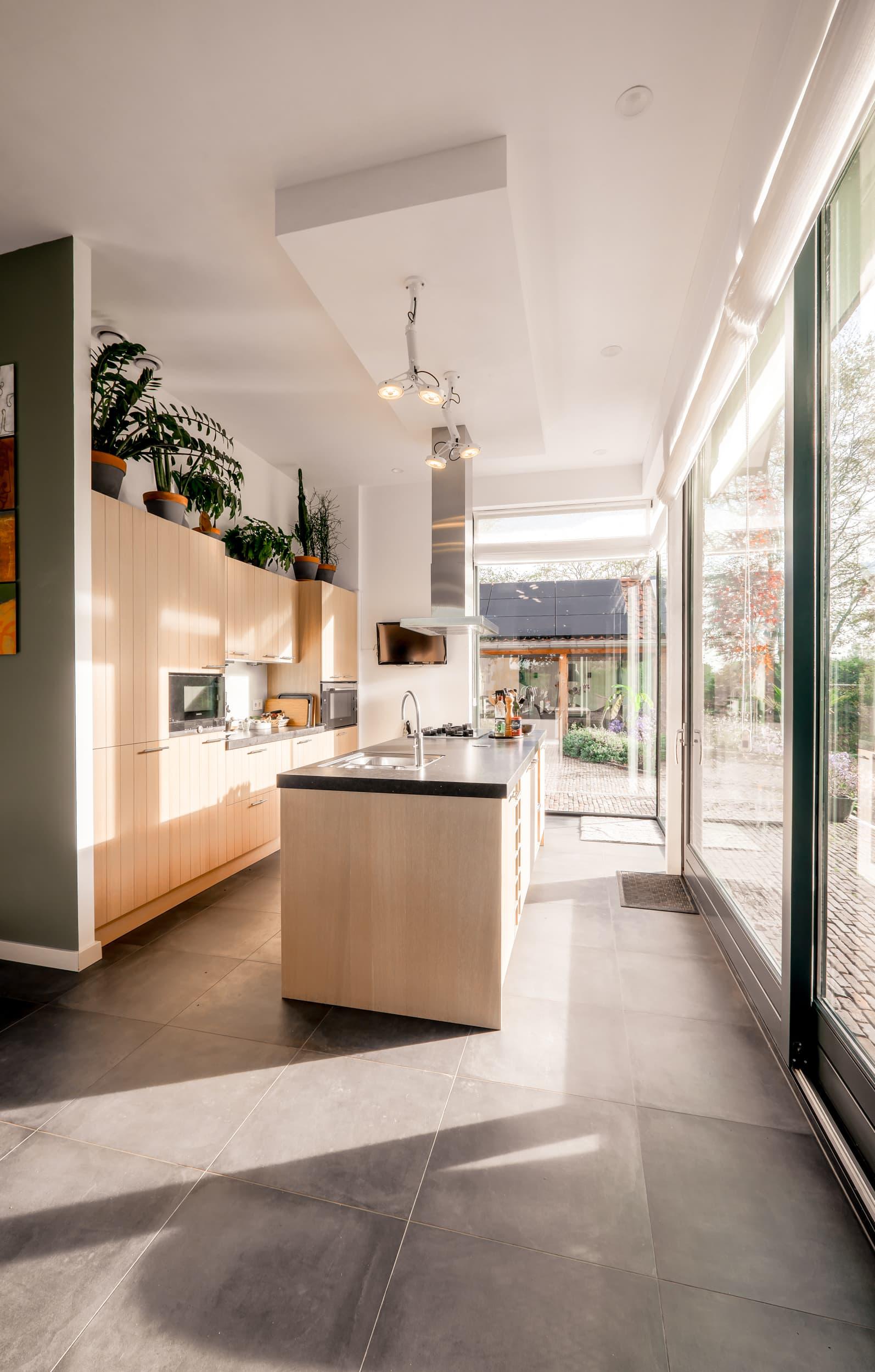 van-os-architecten-nieuwbouw-dijkwoning-rottekade-zevenhuizen-extra-hoge-keuken-door-split-level