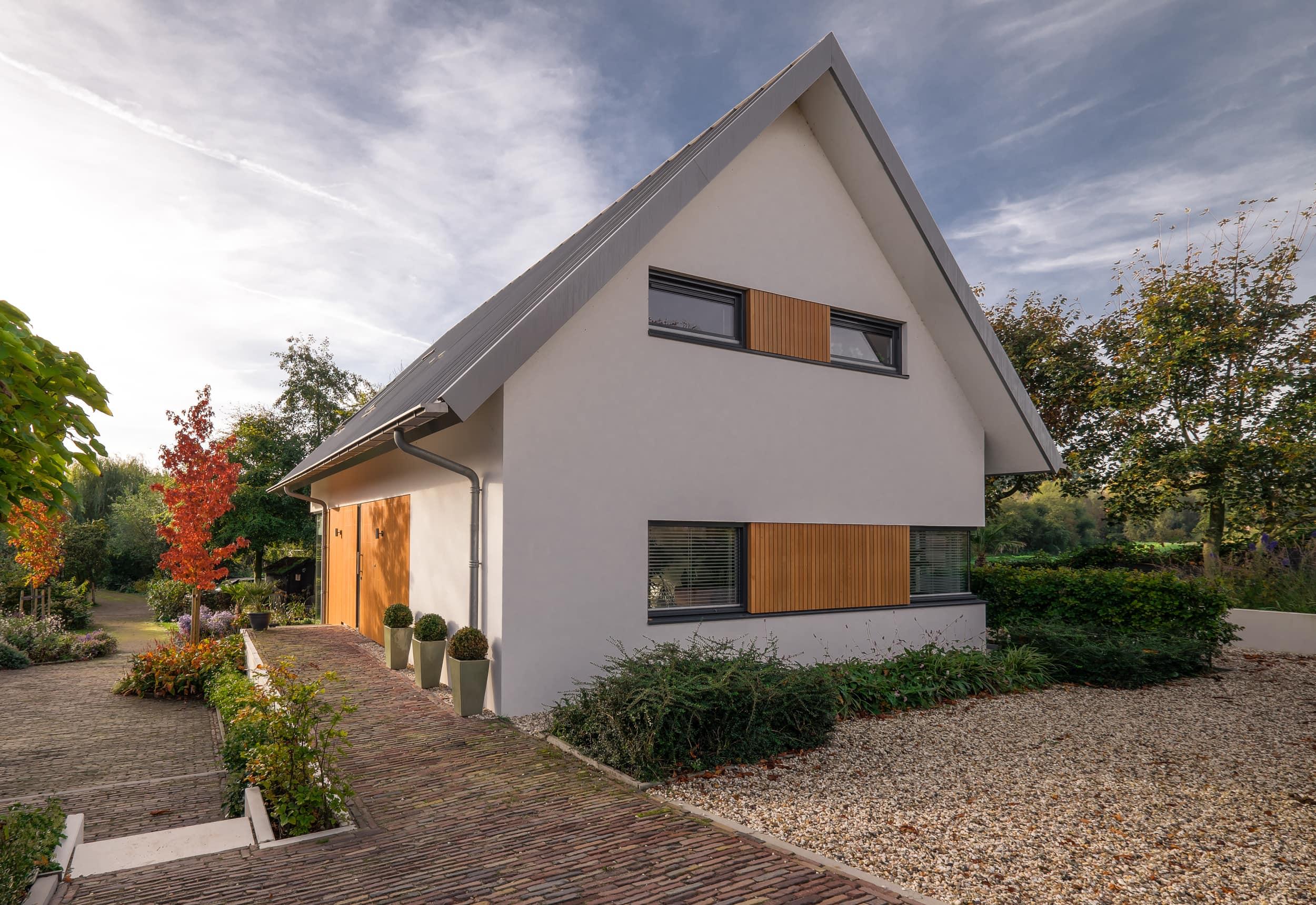 van-os-architecten-nieuwbouw-dijkwoning-rottekade-zevenhuizen-stucwerk-voorgevel-met-houten-kozijnen