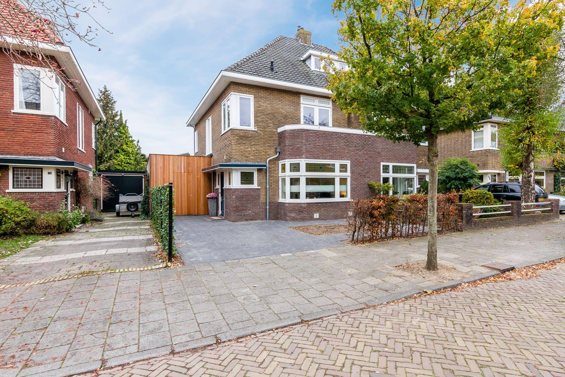 van-Os-architecten-verbouwing-2-onder-1-kapper-Valkenierslaan-Breda-aanbouw-in-verticaal-hout