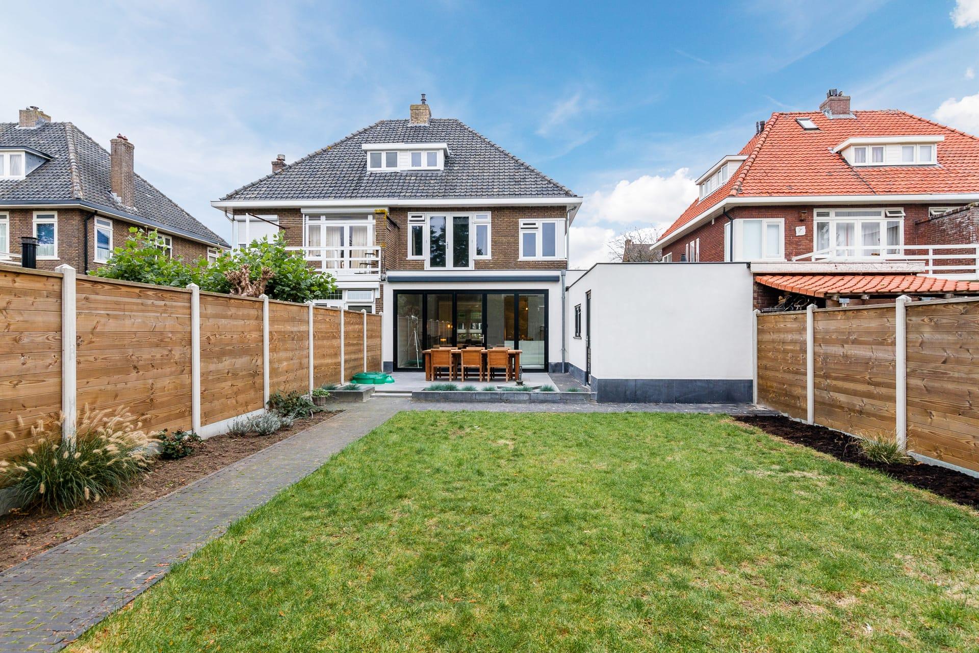 van-Os-architecten-verbouwing-2-onder-1-kapper-Valkenierslaan-Breda-achtergevel-met-aluminium-vouwschuifpui