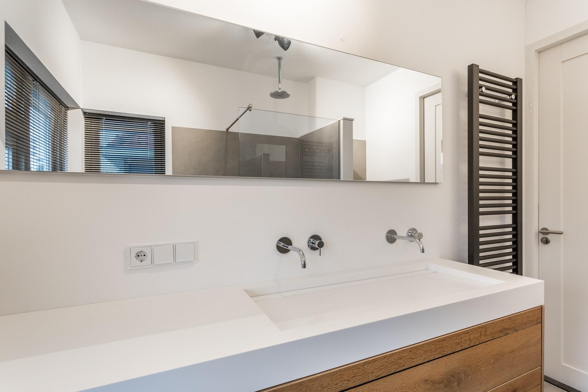 van-Os-architecten-verbouwing-2-onder-1-kapper-Valkenierslaan-Breda--dubbele-wastafel-op-luxe-badkamer