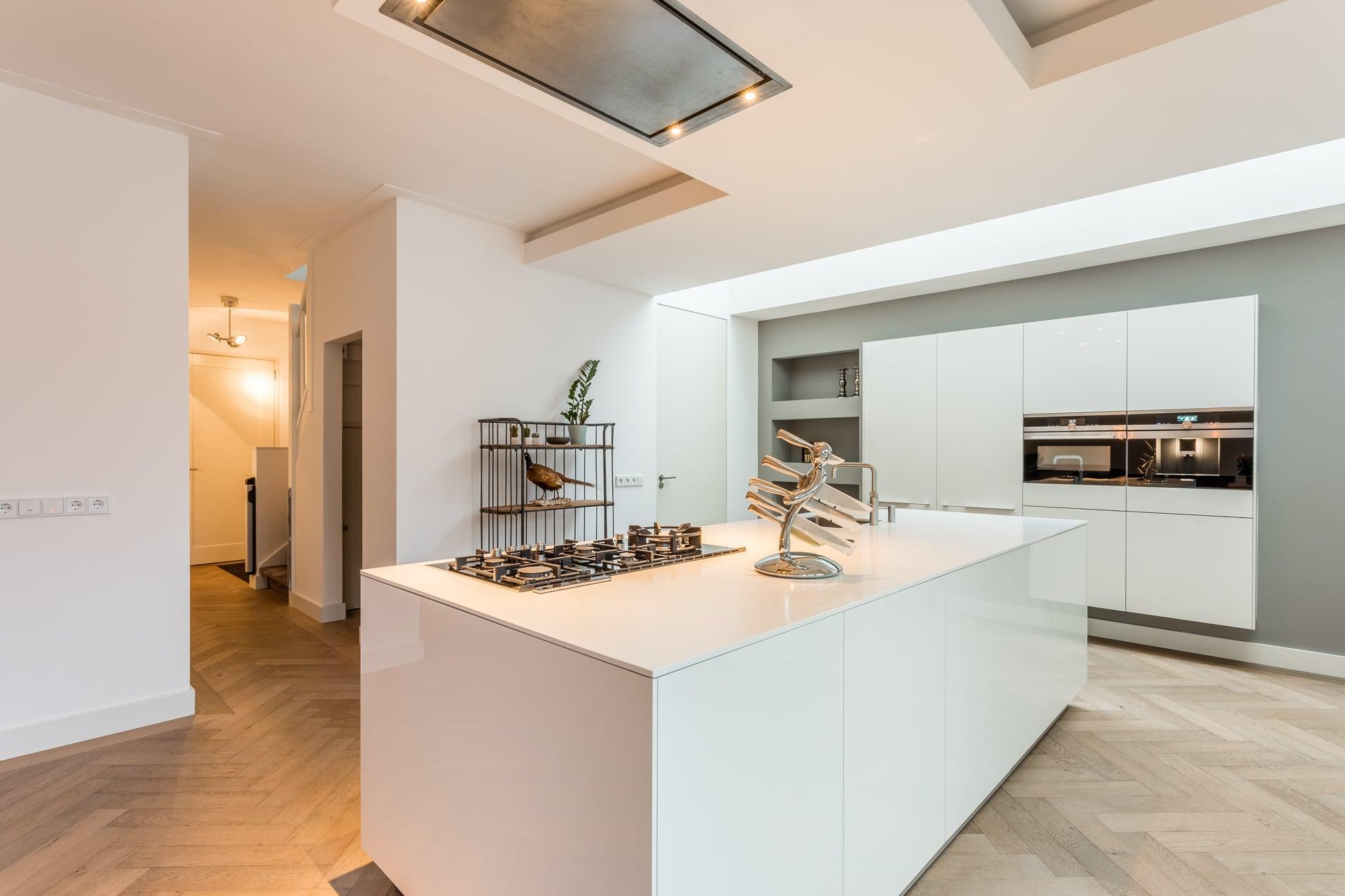 van-Os-architecten-verbouwing-2-onder-1-kapper-Valkenierslaan-Breda-kookeiland-met-luxe-kastenwand-en-lichtstraat