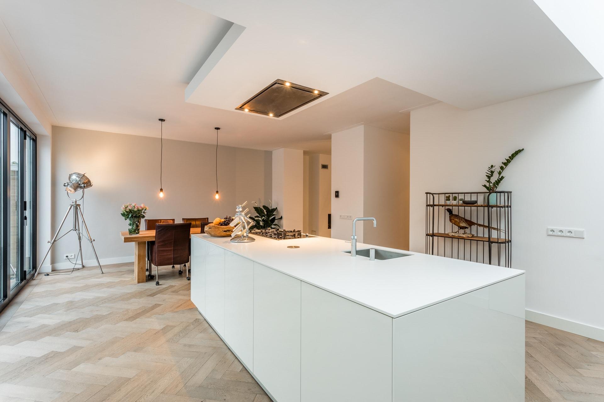van-Os-architecten-verbouwing-2-onder-1-kapper-Valkenierslaan-Breda-kookeiland-met-verlaagd-plafond-met-lichtkoof