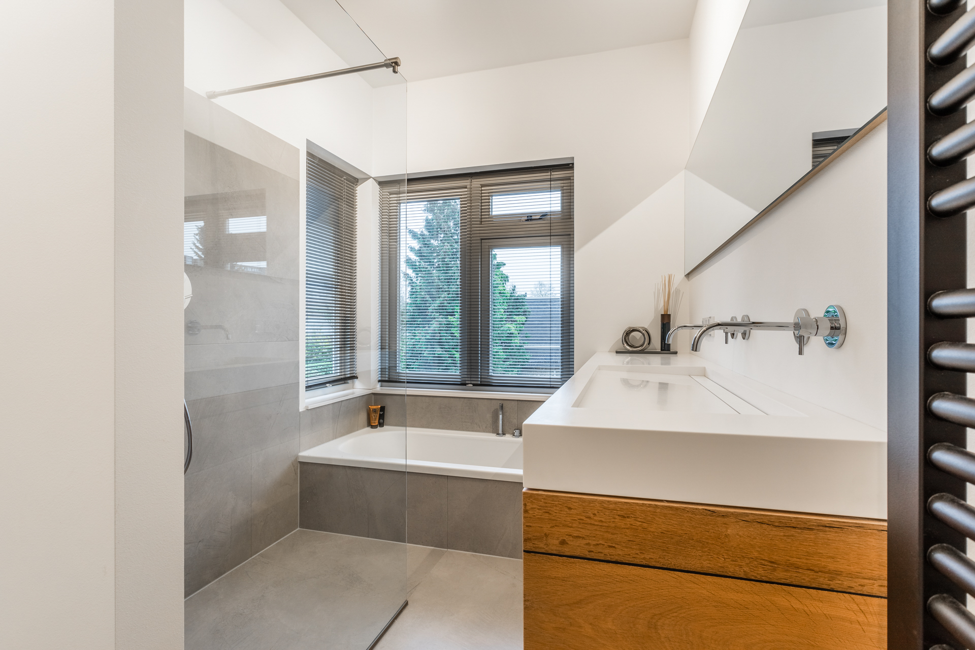 van-Os-architecten-verbouwing-2-onder-1-kapper-Valkenierslaan-Breda-luxe-entree-met-visgraat-parketvloer