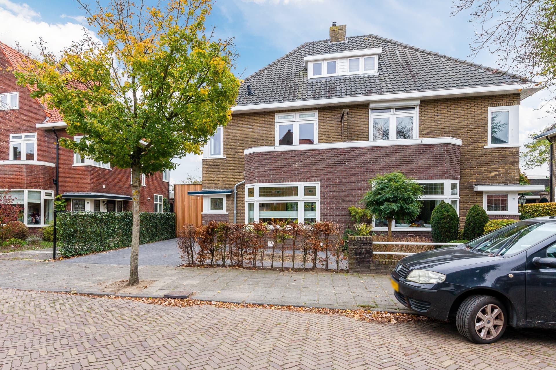 van-Os-architecten-verbouwing-2-onder-1-kapper-Valkenierslaan-Breda-voorgevel-straat