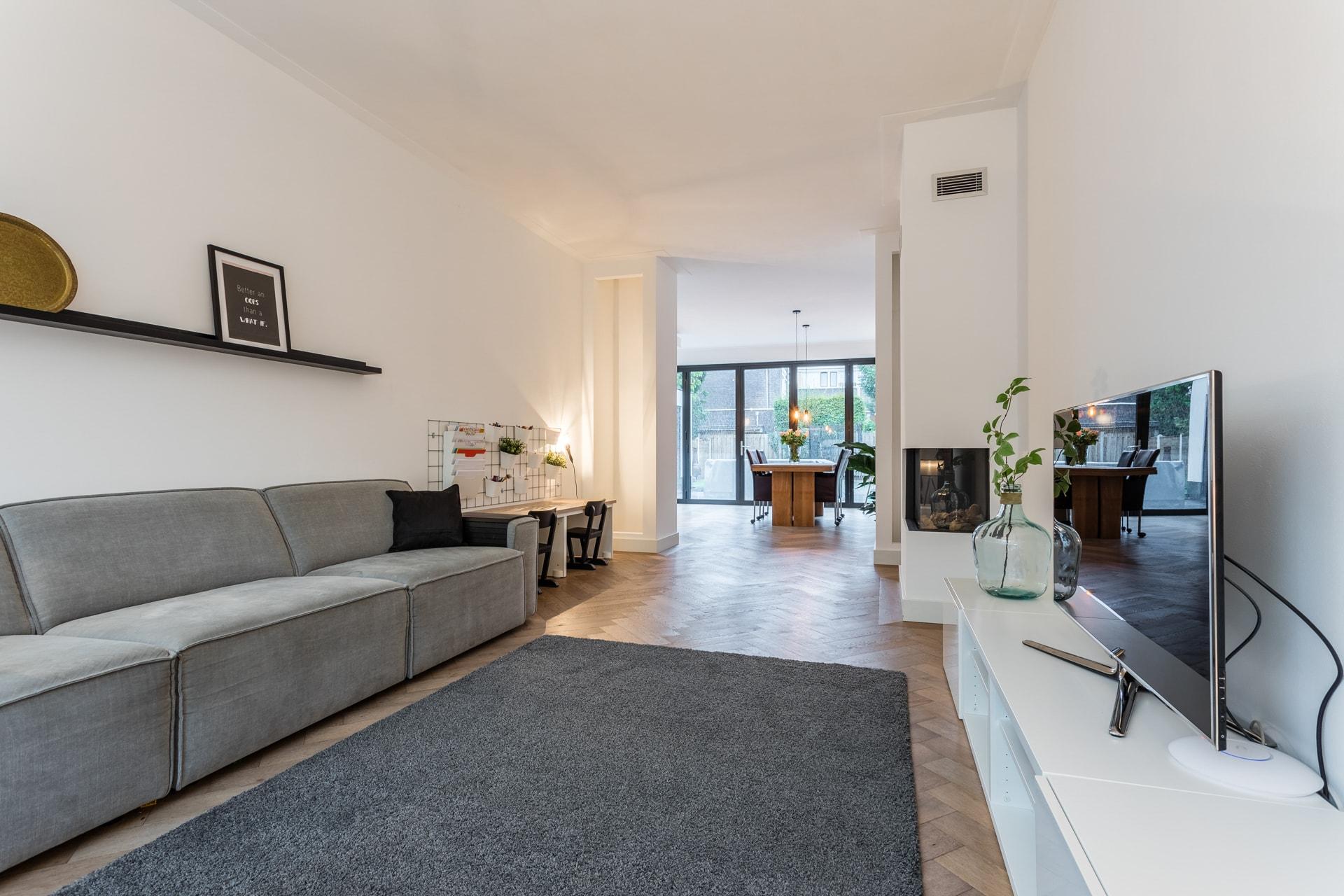 van-Os-architecten-verbouwing-2-onder-1-kapper-Valkenierslaan-Breda-woonkamer-met-zicht-op-woonkeuken