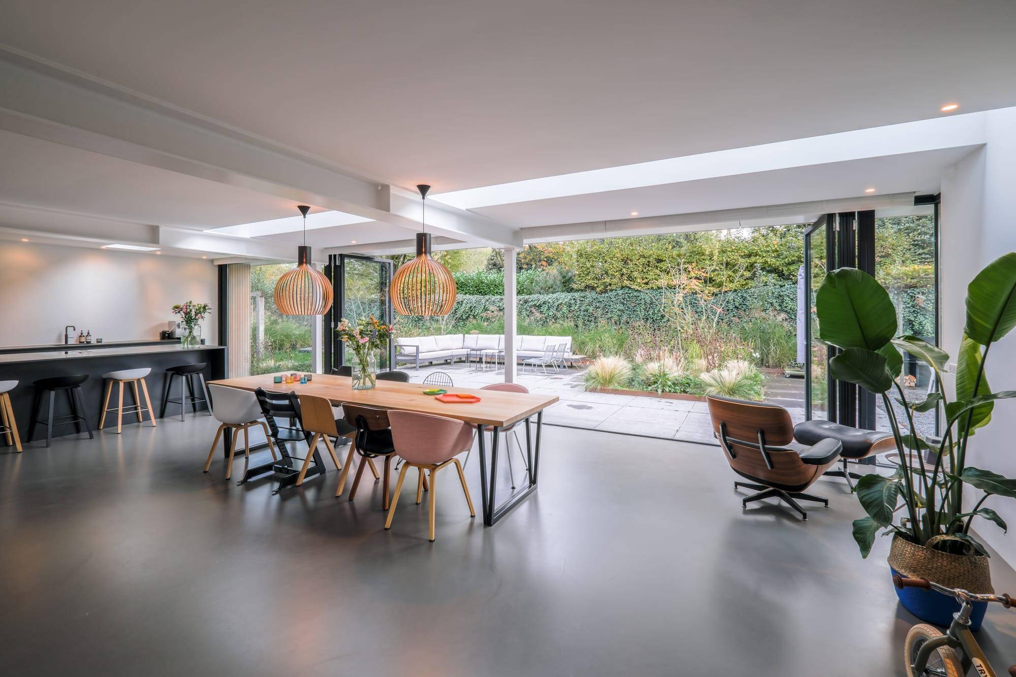 van-os-architecten-breda-ontwerp-moderne-aanbouw-met-aluminium-vouwschuifpui-extra-lange-lichtstraat