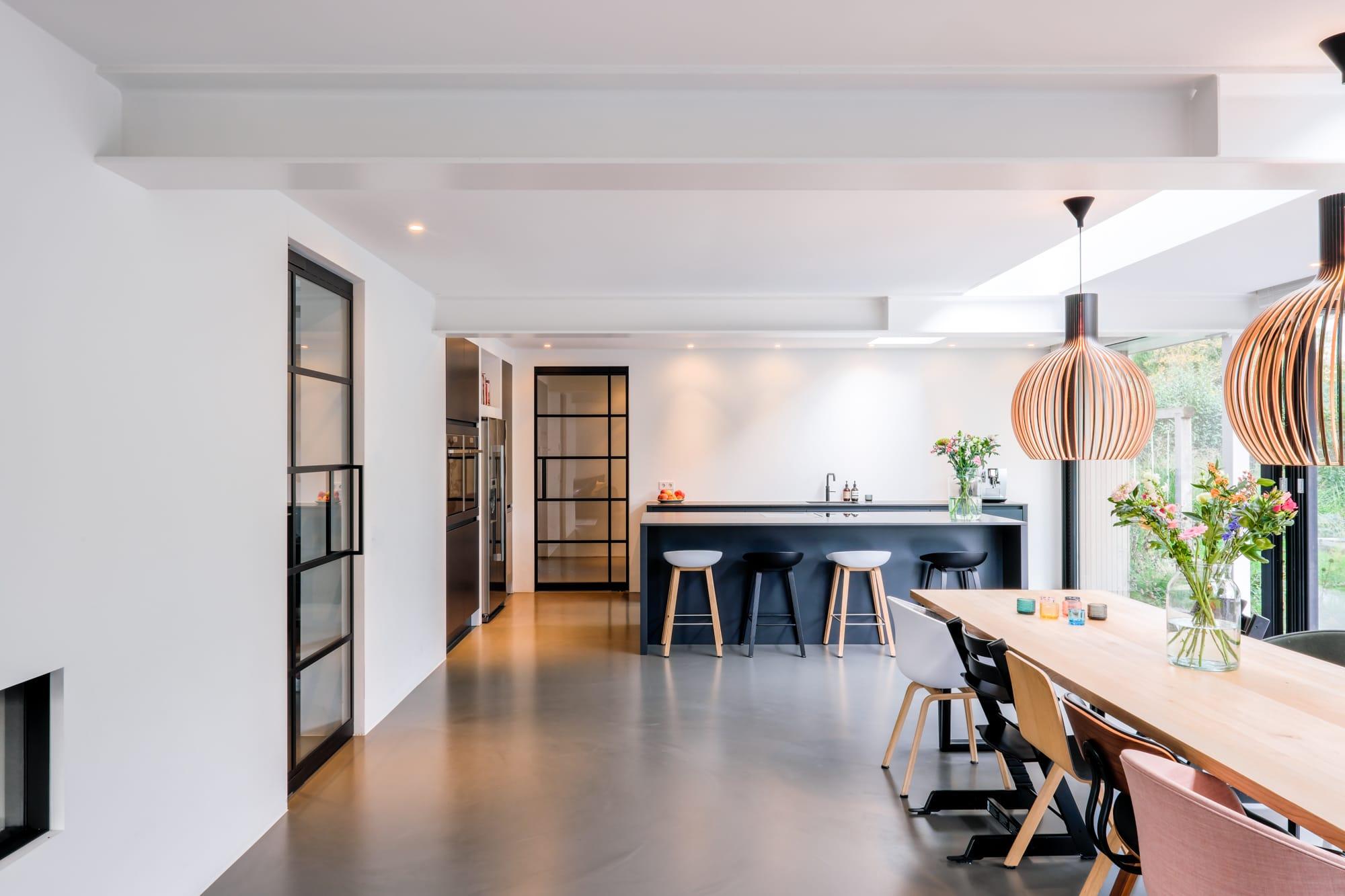 van-os-architecten-breda-ontwerp-moderne-aanbouw-met-aluminium-vouwschuifpui-kookeiand-mat-zwart