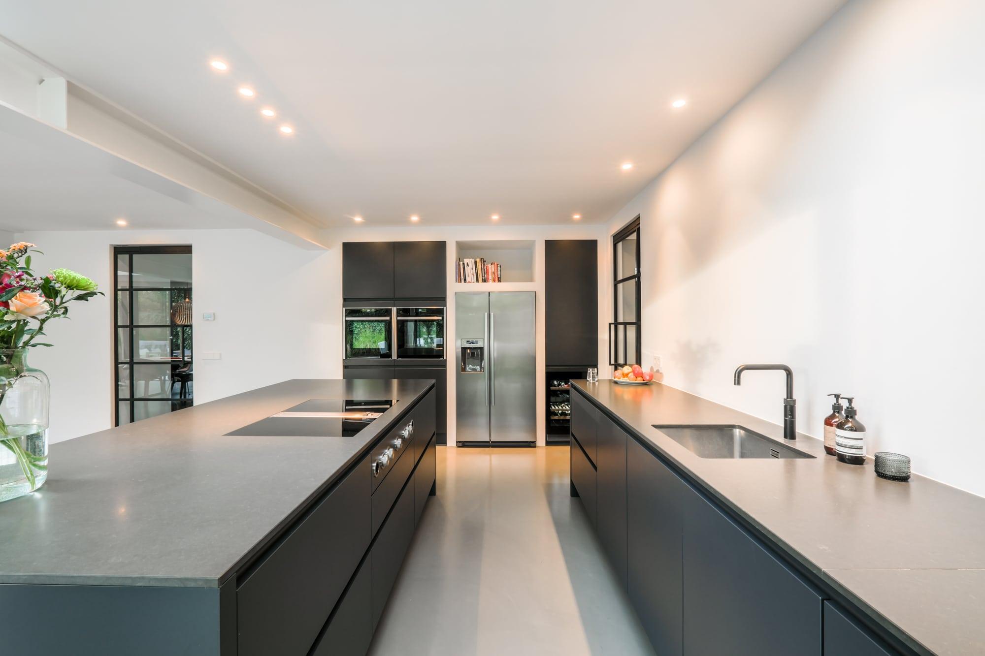 van-os-architecten-breda-ontwerp-moderne-aanbouw-met-aluminium-vouwschuifpui-matzwarte-keuken-met-kookeiland