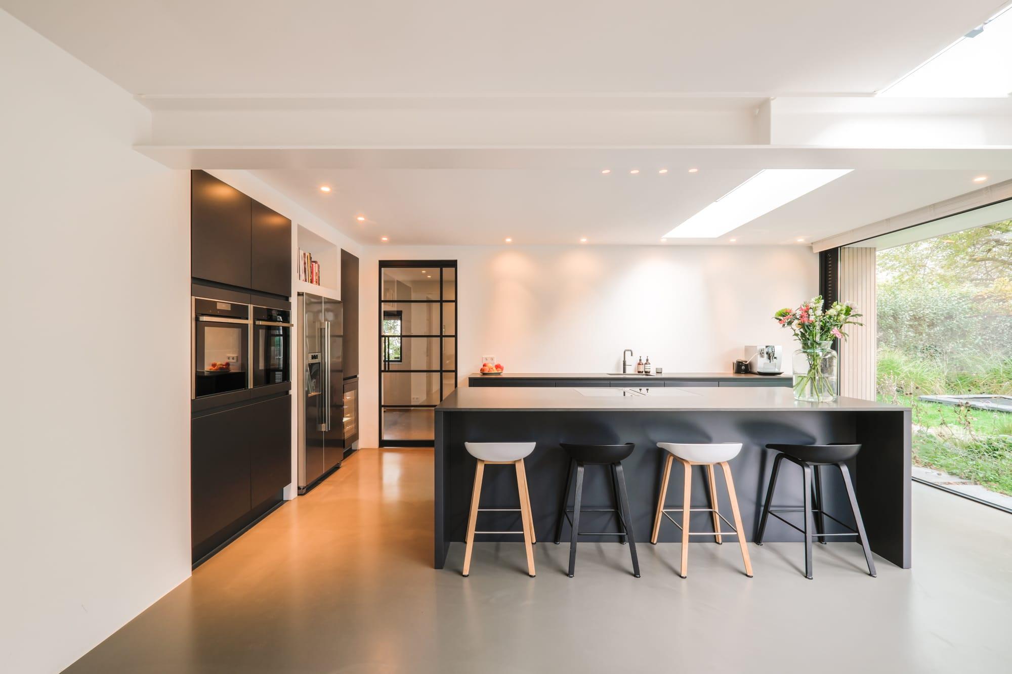van-os-architecten-breda-ontwerp-moderne-aanbouw-met-aluminium-vouwschuifpui-moderne-matzwarte-keuken-met-kookeiland