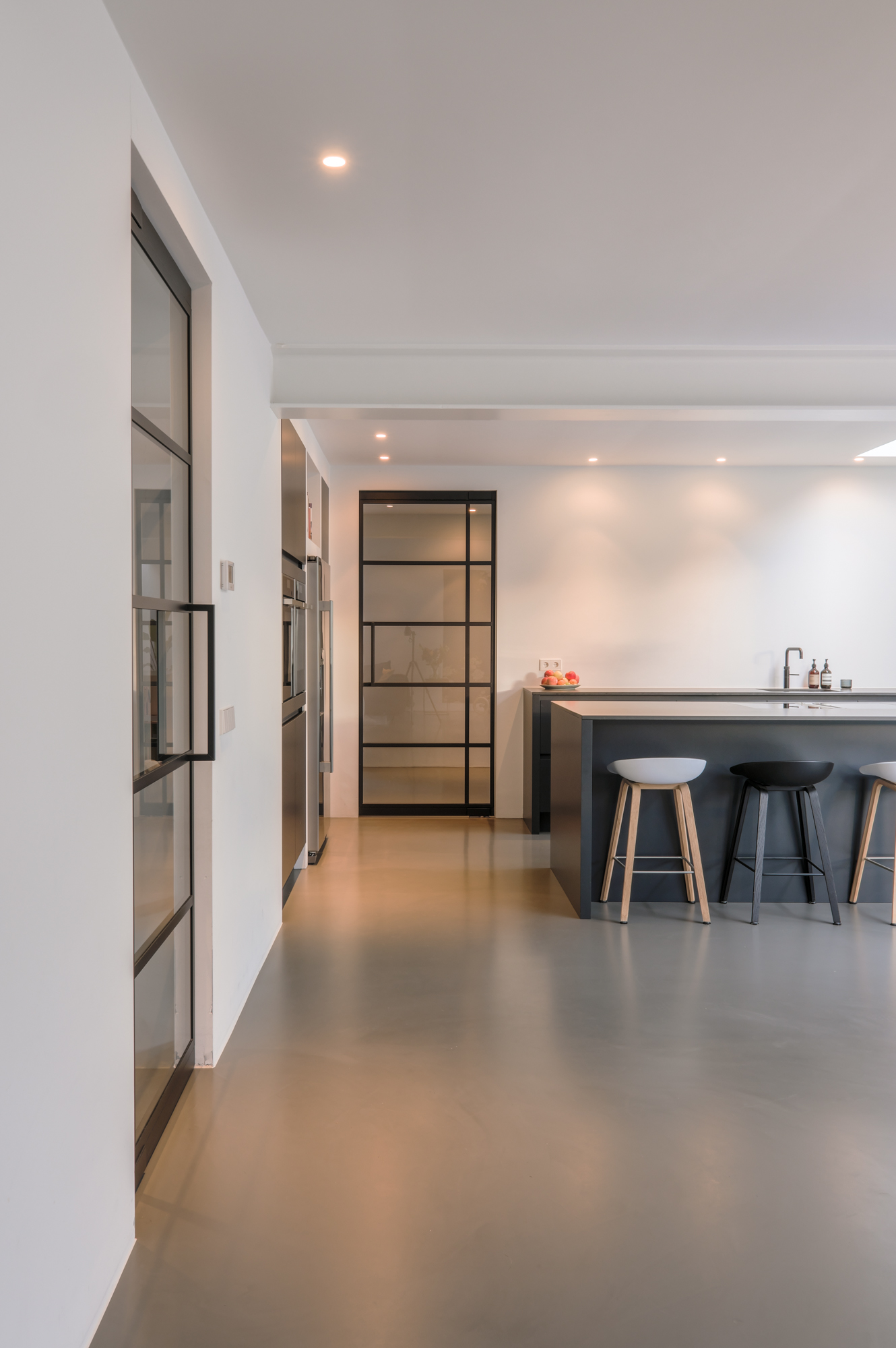 van-os-architecten-breda-ontwerp-moderne-aanbouw-met-aluminium-vouwschuifpui-stalen-binnendeuren-naar-speelkamer