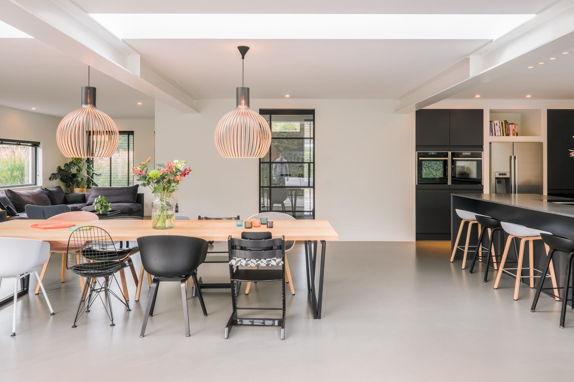 van-os-architecten-breda-ontwerp-moderne-aanbouw-met-aluminium-vouwschuifpui-stalen-binnendeuren