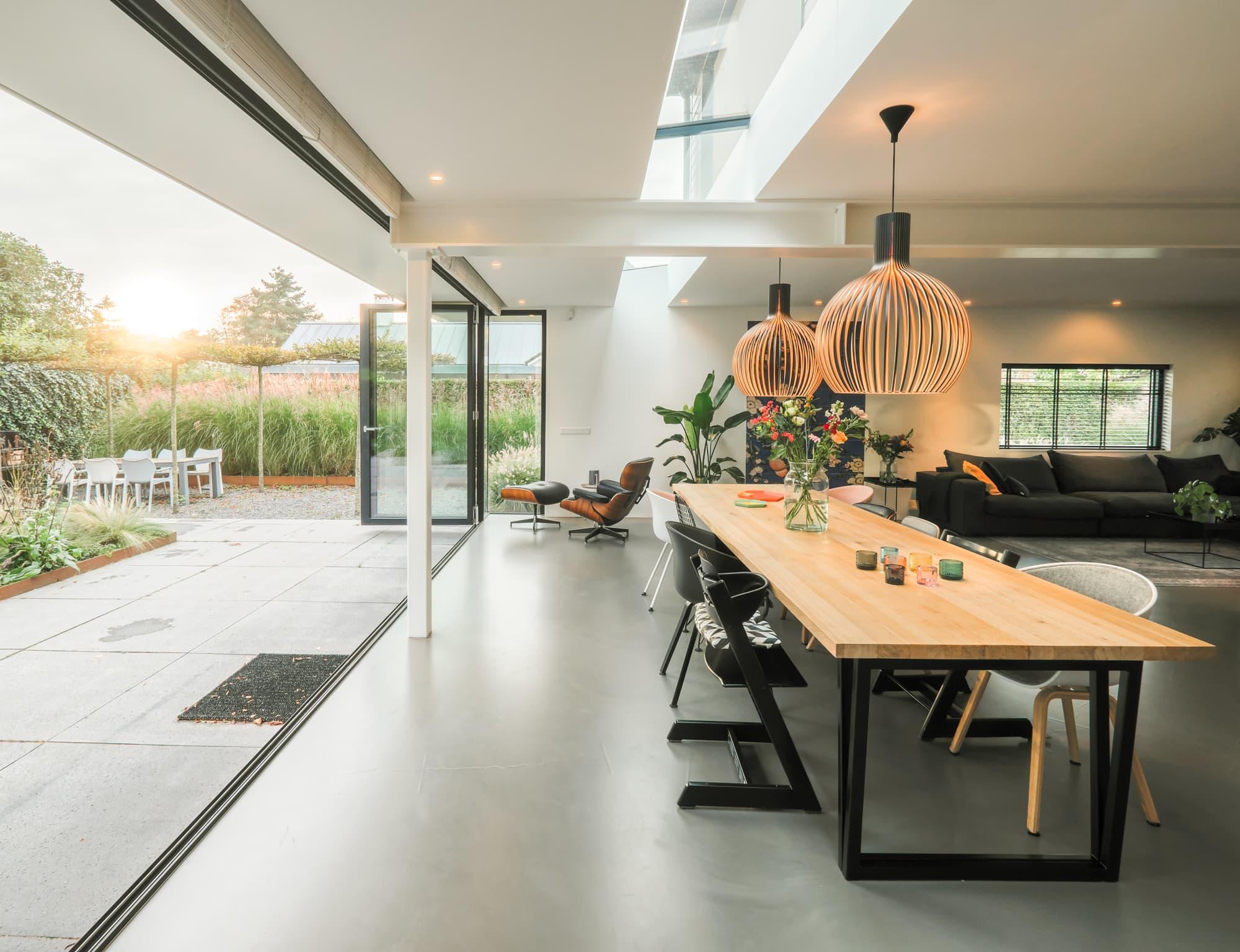 van-os-architecten-breda-ontwerp-moderne-aanbouw-met-aluminium-vouwschuifpui-volledig-geopend-richting-tuin
