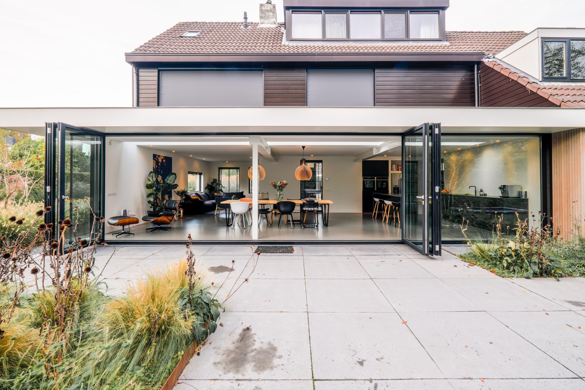 van-os-architecten-breda-ontwerp-moderne-aanbouw-met-aluminium-vouwschuifpui-volledig-geopend