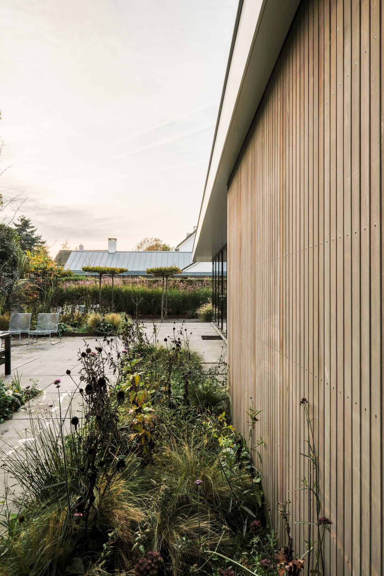 van-os-architecten-breda-ontwerp-moderne-aanbouw-met-aluminium-vouwschuifpui-western-red-cedar-gevelbekleding